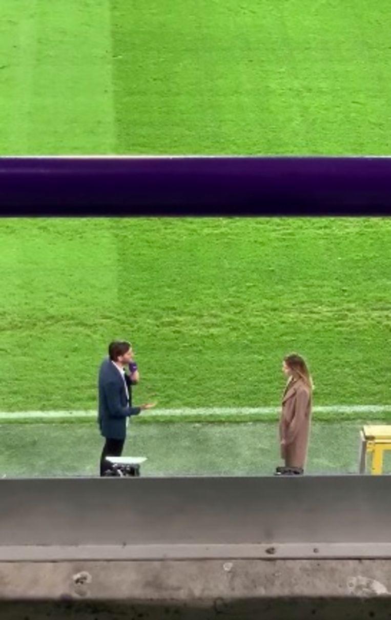 Guido (Vincent Banic) vraagt Stefanie (Jasmijn Van Hoof) ten huwelijk vlak op de grasmat van Anderlecht.