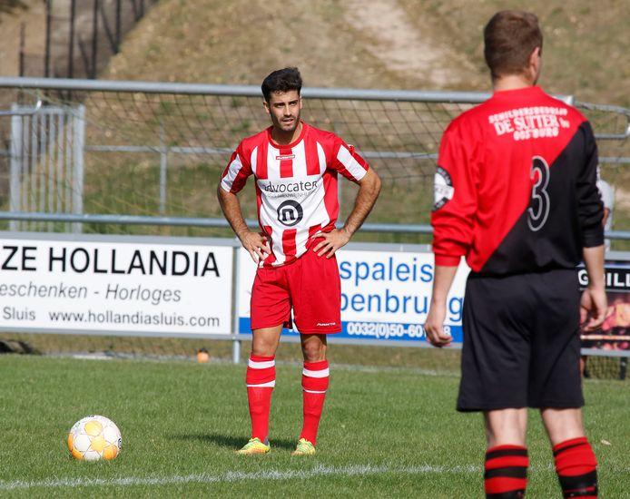 Julen Carcia Redondo (links), de Spaanse middenvelder van Sluis, concentreert zich op het nemen van een vrije trap in het duel met Oostburg.