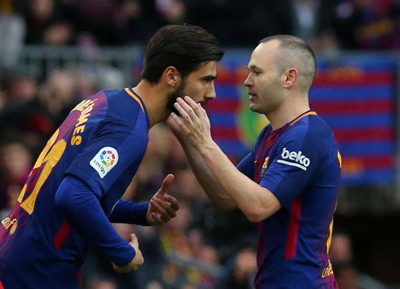 Andre Gomes (links) met Barça-boegbeeld Andres Iniesta.
