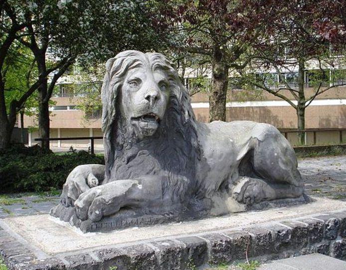 Eén van de leeuwen bij de Maasboulevard. De tand des tijds heeft het beeld niet onberoerd gelaten.