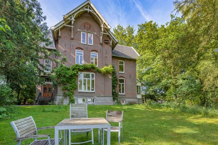 De riante villa met dito tuin is gezamenlijk eigendom, waarvan de bewoners de ruimtes delen.