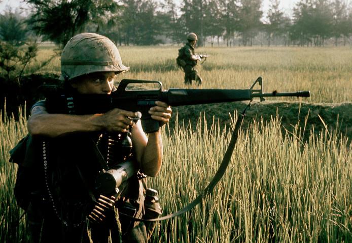 Een Amerikaanse soldaat met een M16 bij My Lai.
