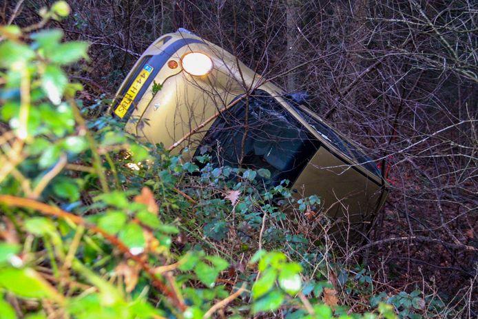 De auto belandde in de greppel op de zijkant.