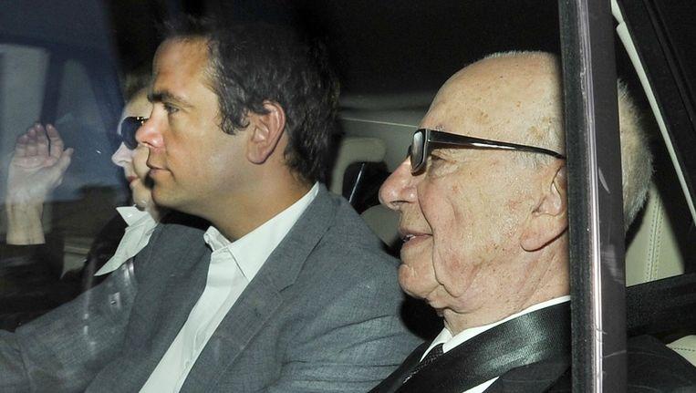 Rupert Murdoch en zijn zoon James, vandaag in Londen. Beeld epa