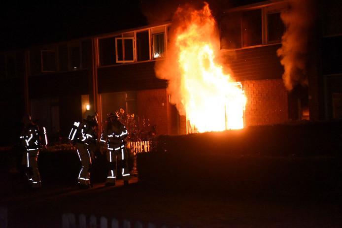 Beeld van de brand aan de Palestrinastraat in Almelo. Volgens de politie is er een link tussen die brand en die aan de Bongerd, eerder in 2017.