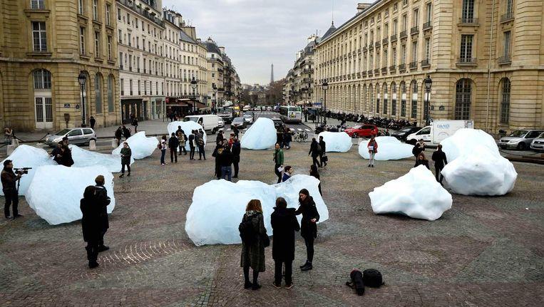 Tijdens de klimaattop is in Parijs een installatie te zien van de kunstenaar Olafur Eliasson, gemaakt van de Groenlandse ijskap. Beeld AFP