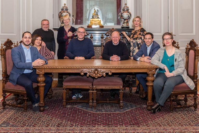 Het nieuwe college van burgemeester en schepenen met algemeen directeur Vera Boudry.
