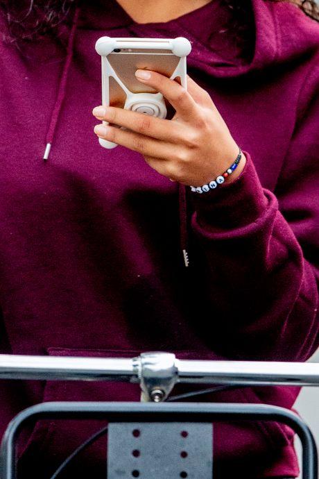 Appverbod volop genegeerd: elke dag zo'n 13 boetes voor appende fietsers in de regio