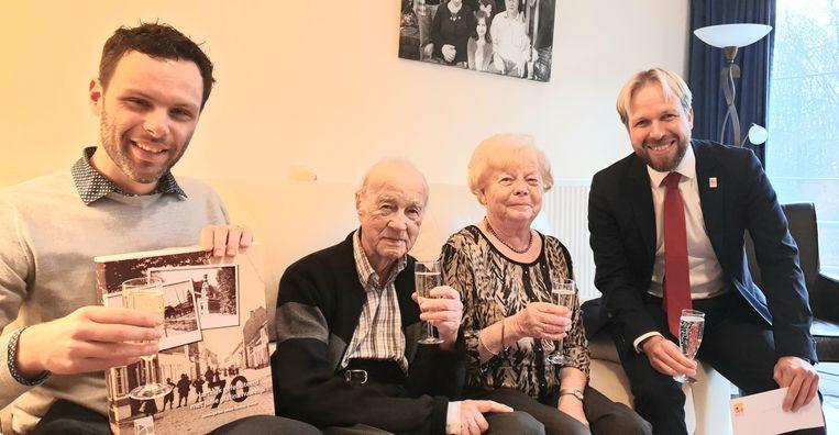 Theo Van Doorslaer (91) en Lea Boeynaens (90) kregen felicitaties van burgemeester Jurgen Callaerts (links) en schepen Geert Antonio (rechts)
