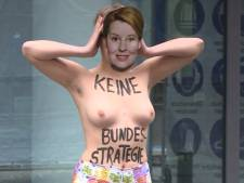 Des militantes seins nus manifestent devant le ministère fédéral à Berlin
