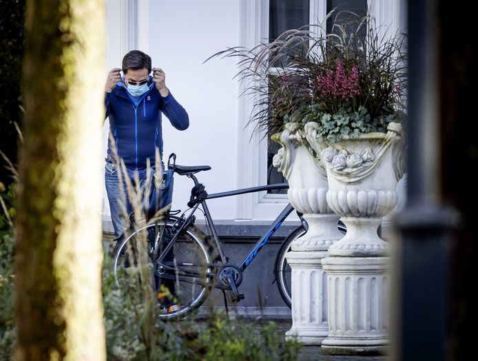 Premier Mark Rutte arriveert bij het Catshuis voor een informeel overleg over het coronavirus. Het zondagse overleg wordt weer opgepikt, nu het aantal besmettingen is gestegen.