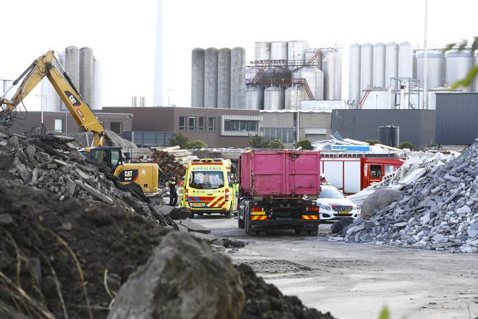 Ambulance ter plaatse bij een ongeval aan de Haatlandhaven.