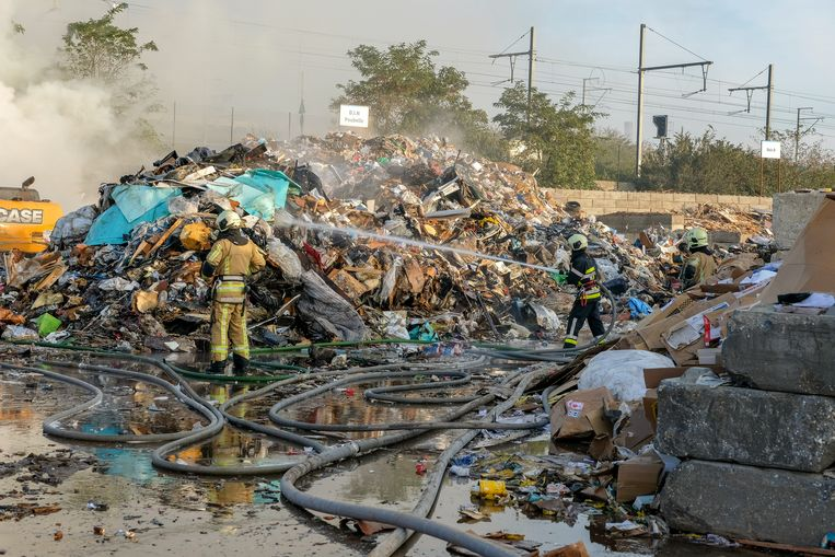 De brandweer had nog uren werk om alles na te blussen.