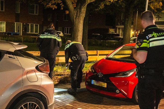 De politie verricht onderzoek aan de Mees Toxopeusstraat in Dordrecht waar twee auto's in brand stonden.