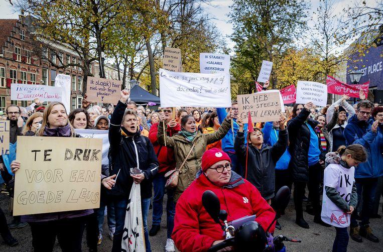 Stakende leerkrachten in Den Haag. Groepsgrootte en salaris zijn niet hun enige problemen. Beeld ANP