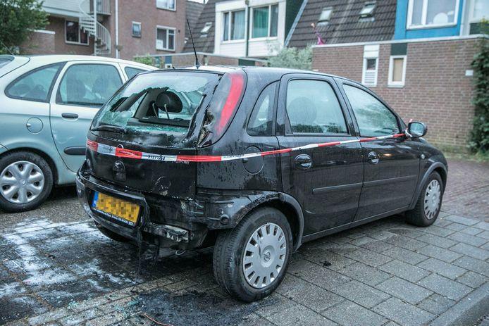 De door brand beschadigde auto aan de Aalburgsingel in Arnhem-Zuid.
