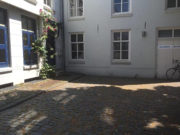 De situatie donderdagmiddag op het Sint-Janskerkhof, zonder container in het hoekje van het plein