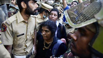 Vrouwen onder politiebescherming alsnog heiligdom in India binnengeloodst