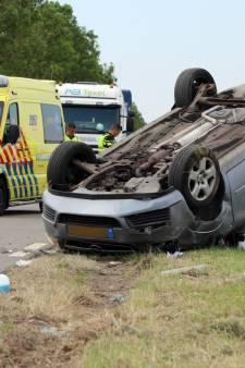 Moeder en drie kinderen over de kop geslagen bij ongeval Tollebeek