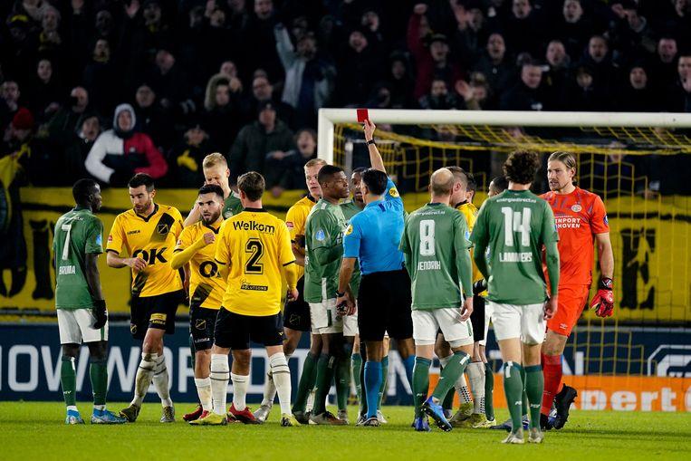 Timo Baumgartl van PSV krijgt een rode kaart. Beeld null