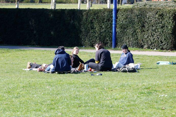 Drukte in tijden van corona in het Goffertpark.