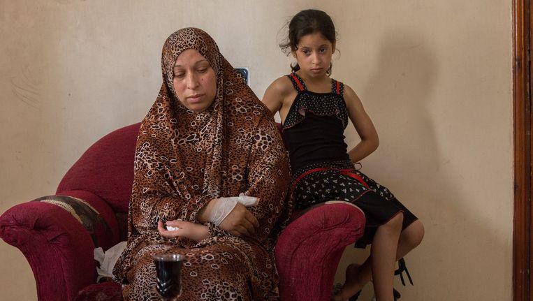 Hala Shana, thuis in Khan Younis. Haar zoon, Ramez Shana, probeerde zelfmoord te plegen. Beeld Edmee van Rijn