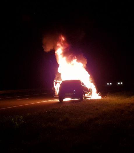 Auto zwaar beschadigd bij brand op de A18