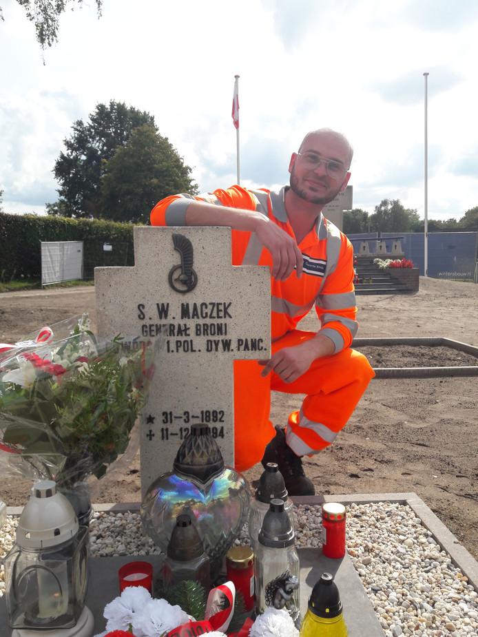 Mark van Duin bij het graf van generaal Maczek op het Poolse militaire ereveld in Breda.