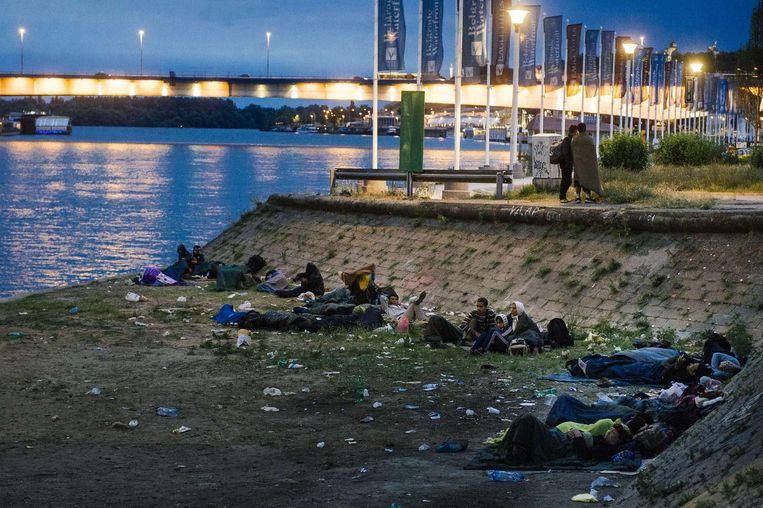Migranten overnachten in Belgrado. Beeld afp