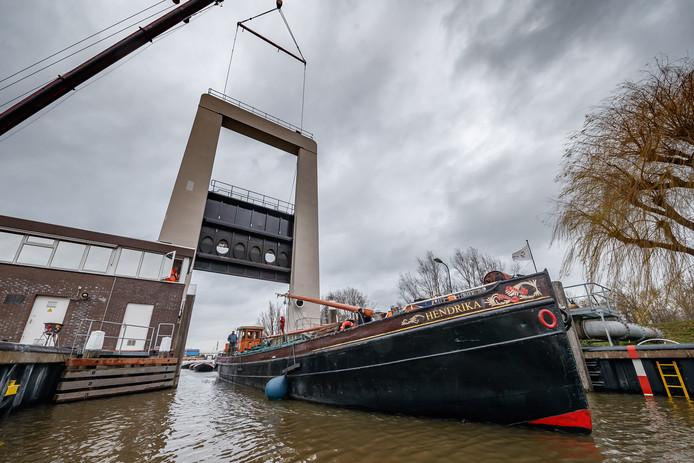 De sluisdeur van de Roode Vaart werd met een flinke hijskraan tijdelijk geopend, zodat schippers konden passeren tijdens de maandenlange werkzaamheden aan de sluis.