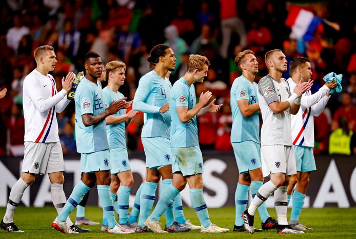 De spelers van het Nederlands Elftal bedanken de Oranje-fans na het verlies tegen Portugal.
