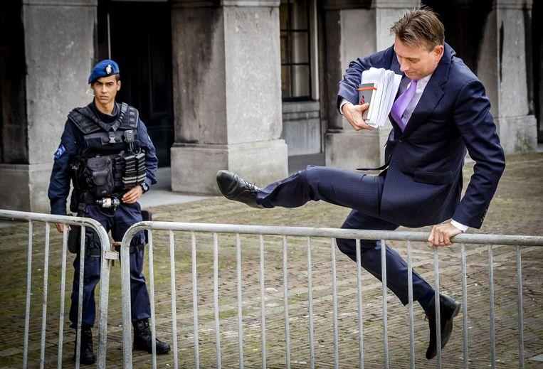 Halbe Zijlstra (r) springt over een dranghek op het Binnenhof. Beeld ANP