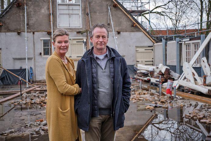 Ed (61) en Marlene (53) van Buuren op de bouwplaats. ,,Aan het einde van de zomer willen we open.''