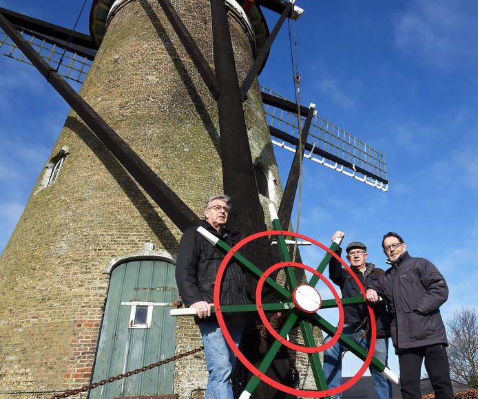 Bestuursleden van de molen in Nieuwvliet, vlnr Sjaak Michielsen, Theo Hanenbergh en Jaap Fremouw.