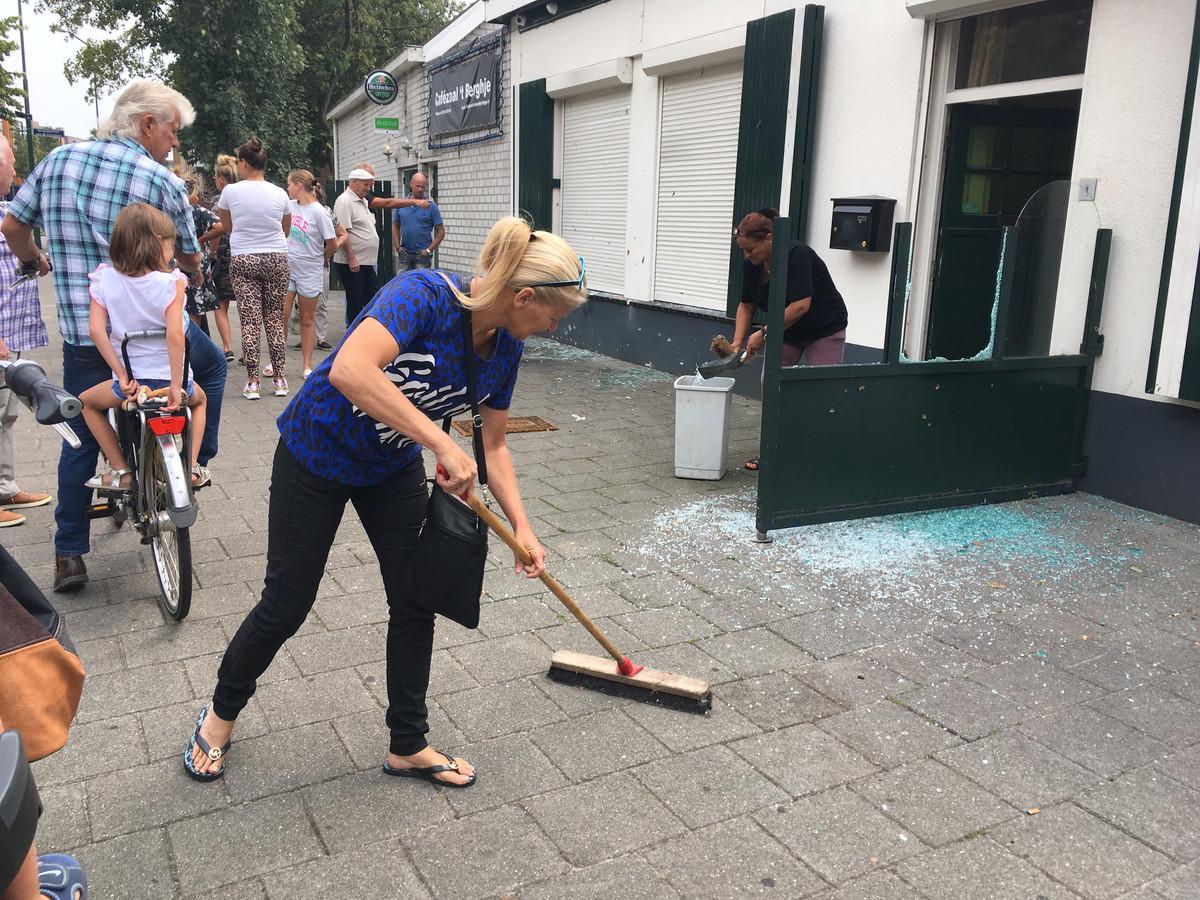 Vrienden en familie helpen opruimen bij Café Zaal 't Berghje in Oss waar vorige week een explosief afging.
