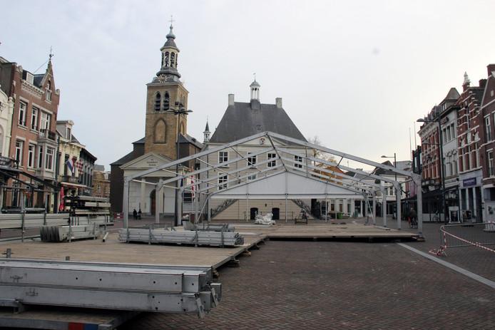 Opbouw van de feesttent op de Markt in Roosendaal.