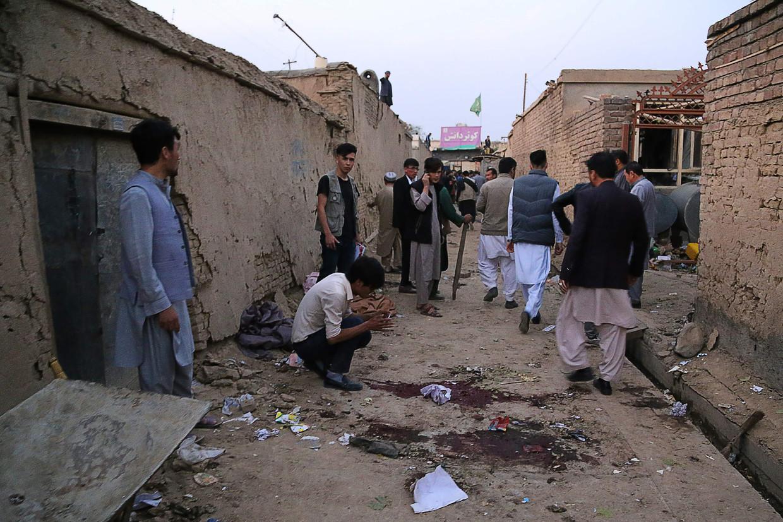 Bewoners komen bijeen na een zelfmoordaanslag in een educatief centrum in Kaboel.