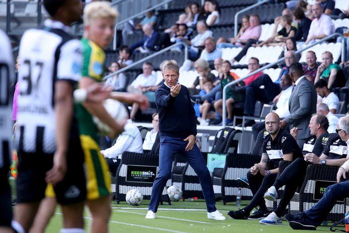 Frank Wormuth tijdens het eerste duel van het seizoen. De trainer van Heracles vierde zijn 60e verjaardag.