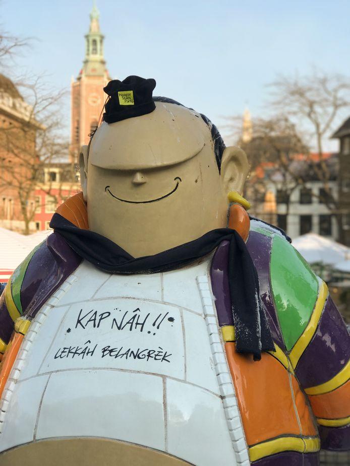 Beelden in Haagse binnenstad worden warm aangekleed. Hier Haagse Harry met een muts op.
