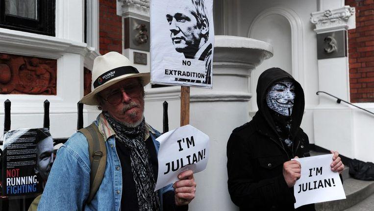 Sympathisanten van Julian Assange betogen voor de Ecuadoriaanse ambassade in Londen, waar de WikiLeaks-oprichter zijn toevlucht heeft gezocht. Beeld afp