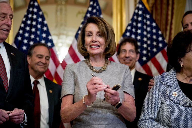 House Speaker Nancy Pelosi of Calif., accompanied by House Democratic members stand after signs a deal to reopen the government on Capitol Hill in Washington, Friday, Jan. 25, 2019. The measure now goes to the White House for President Donald Trump to sign.  (AP Photo/Andrew Harnik) Beeld AP