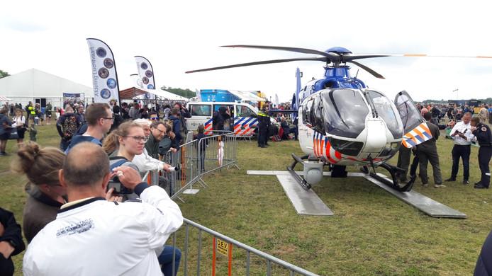 Ook de helikopter van de politie krijgt volle aandacht.