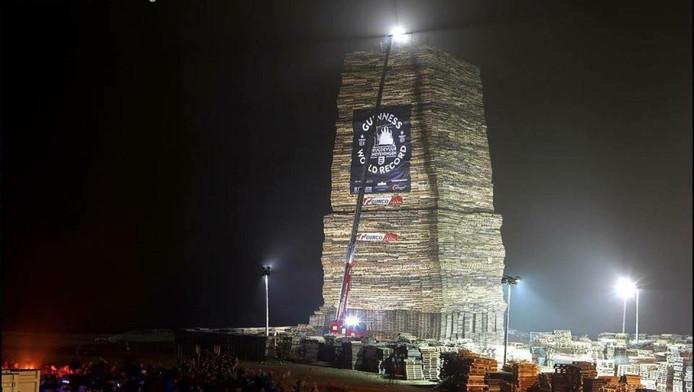 De foto die op de facebookpagina van Vreugdevuur Scheveningen verscheen nadat de paletstapel 35 meter bereikte.