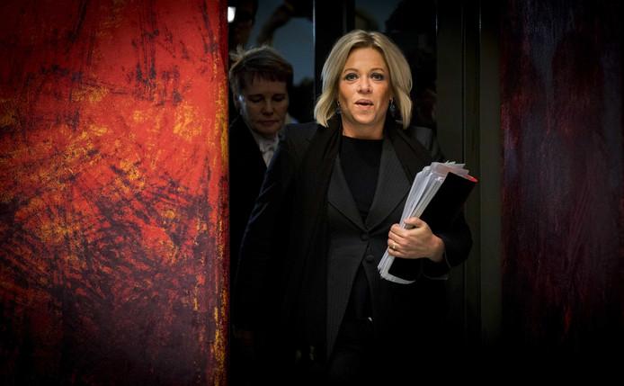 Minister Jeanine Hennis van Defensie tijdens het debat over het fatale ongeluk met Nederlandse militairen in Mali.