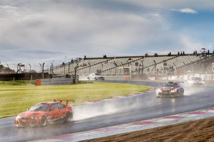Op een kletsnat Brands Hatch circuit kwam het Rijssense BS Racing Team dit weekend tot een zesde plaats.