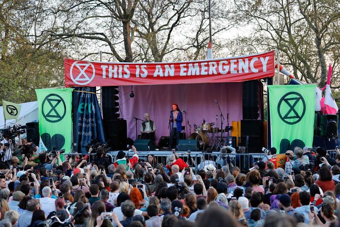Greta Thunberg op het podium bij Marble Arch in Londen.