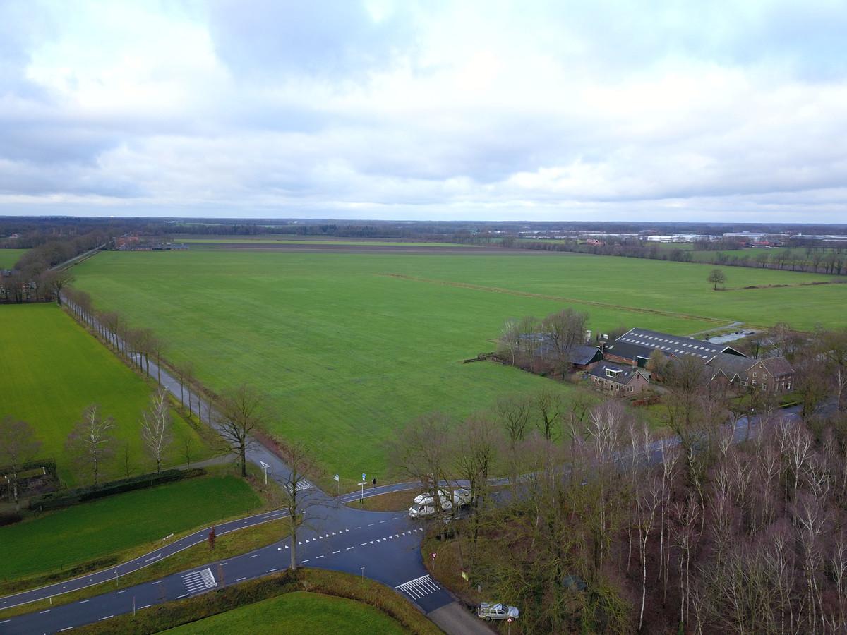 De plek waar het grote zonnepark moet komen. De Vredenseweg loopt schuin van links naar rechts, rechtsboven is het industrieterrein van Vreden te zien.