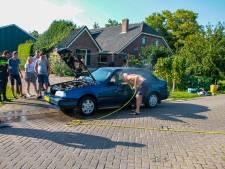 Auto vliegt in de brand in Putten: omstander helpt blussen met tuinslang