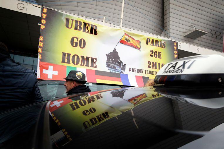 In verschillende Europese landen werd de afgelopen jaren door taxichauffeurs gedemonstreerd tegen de komst van Uber. Beeld AP