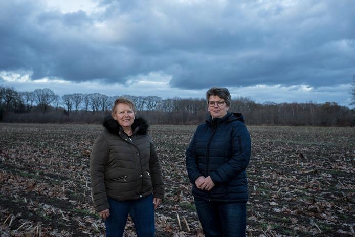 LOCHEM Irna Wagenvoort(bruine jas) en Anke Leuks (bestuurssecretaris) op de plek van het voormalige paasvuur in Klein Dochteren